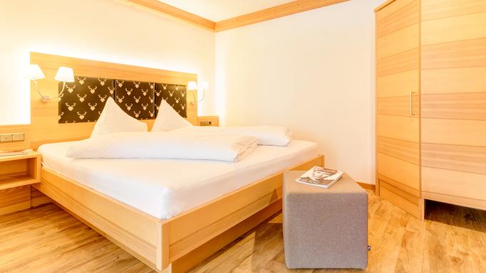 Helles, modern eingerichtes Zimmer im Kleinwalsertaler Rosenhof