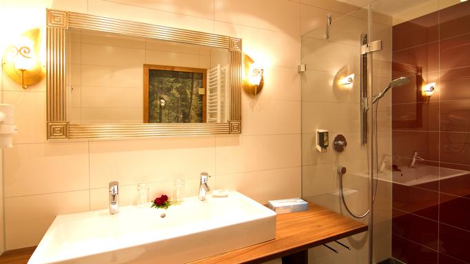Familienzimmer mit großen und modernen Badezimmern im Rosenhof
