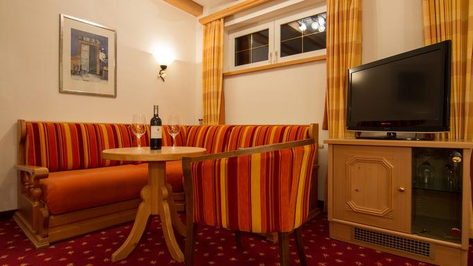 Abends noch einen guten Wein in der gemütlichen Sitzecke des Standardzimmer des Familienhotel Rosenhof genießen