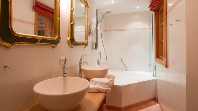 Badezimmer mit Badewanne und ausreichend Platz im Kleinwalsertaler Rosenhof
