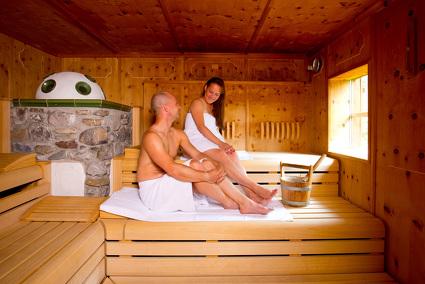 Im Familienurlaub in Österreich in der Sauna entspannen