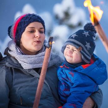 Familienurlaub im Kleinwalsertal bedeutet Abenteuer, Fackeln und Lagerfeuer.